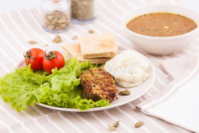 Download Salada Com Uma Bacia Da Sopa Vegetal Imagem de Stock - Imagem de cebola, alface: 29845127