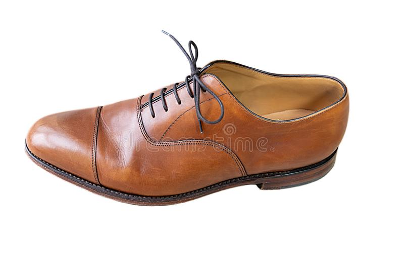 Uma sapata marrom clássica de oxford com os laços isolados no branco Vista superior fotografia de stock