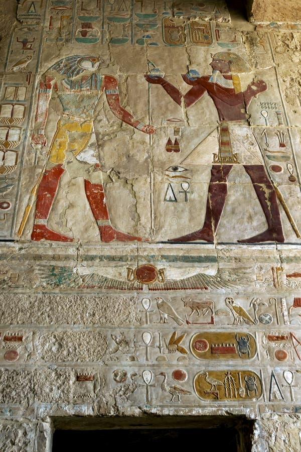 Uma seção dos hieróglifos incríveis no templo de Hatshepsut no al-Bahri de Deir perto de Luxor em Egito central imagem de stock royalty free
