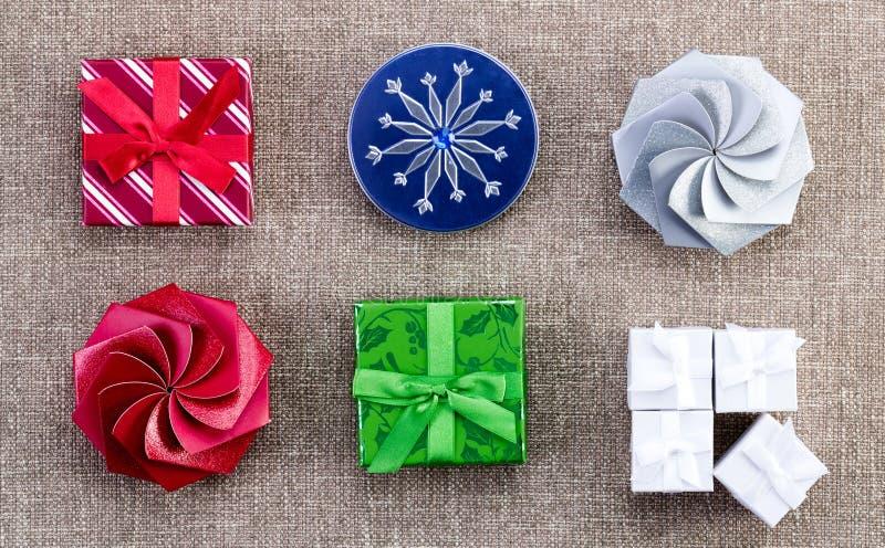 Uma seleção de caixas de presente diferentes do Natal foto de stock royalty free