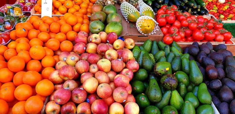 Uma seleção de frutos frescos na exposição em um supermercado fotografia de stock