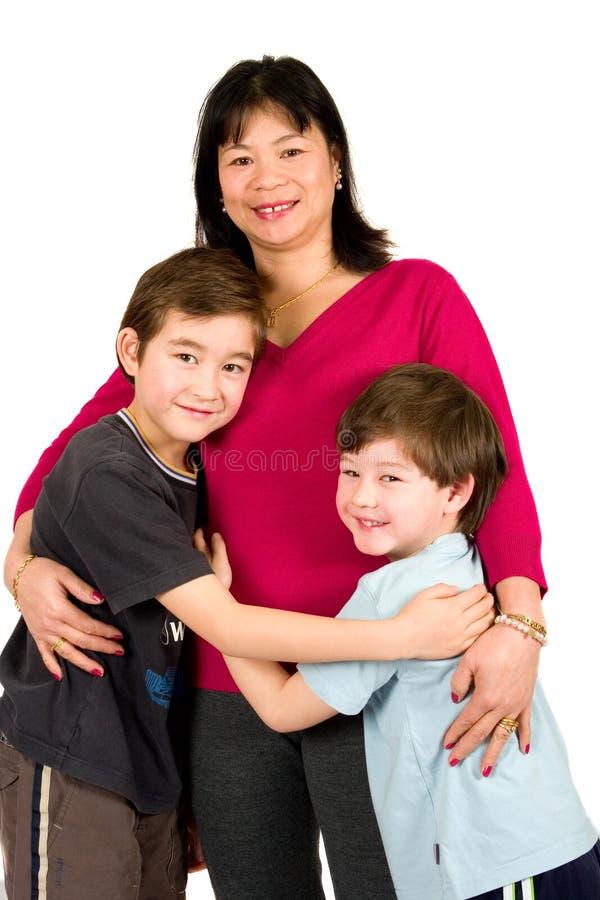 Uma senhora asiática com seus dois filhos bonitos imagens de stock