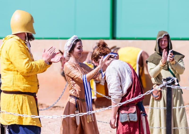 Uma senhora bonita que participe no festival do cavaleiro concede o vencedor da luta nas lista no parque de Goren em Israel imagens de stock royalty free