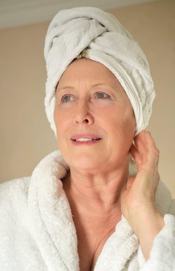 Uma senhora mais idosa de sorriso feliz fotos de stock royalty free