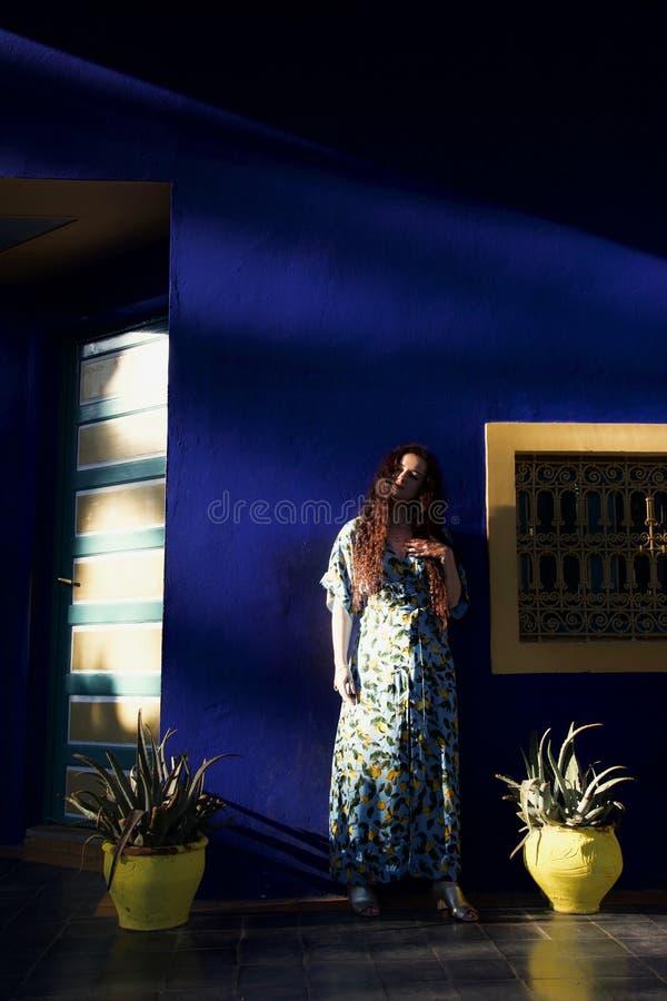 Uma senhora na luz solar dappled em um terraço fotos de stock