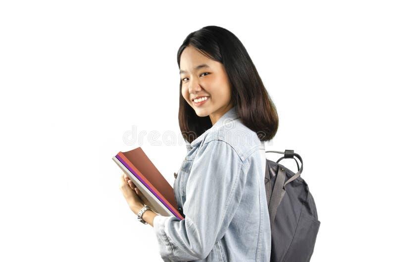Uma senhora nova asiática do estudante com o fundo branco foto de stock