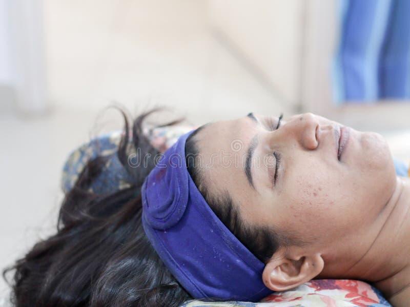 Uma senhora que prepara-se para o procedimento cosmético do embelezamento facial dos termas com a faixa principal protetora imagens de stock royalty free