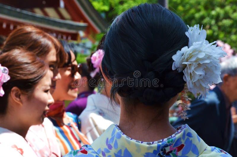 Uma senhora que veste o vestido tradicional e uma flor branca imagens de stock royalty free