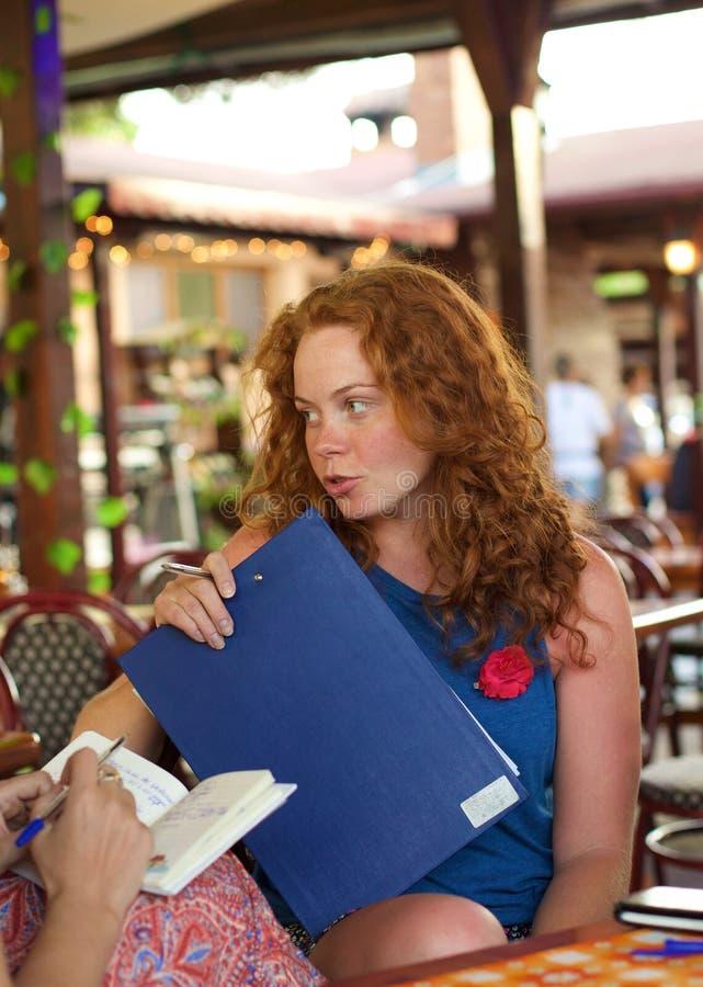 Uma senhora séria com uma aleta-carta em negociações imagem de stock
