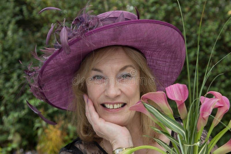 Uma senhora superior, com chapéu fotografia de stock