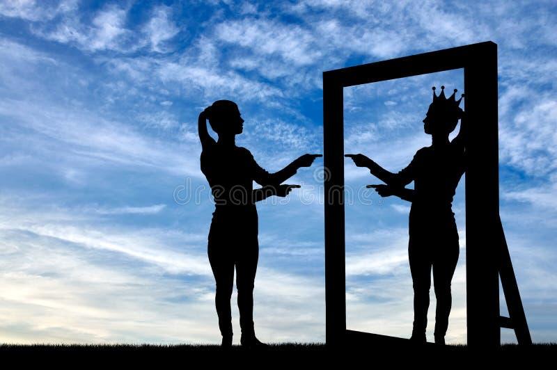 Uma silhueta de uma mulher narcisística levanta seu amor-próprio na frente de um espelho fotografia de stock