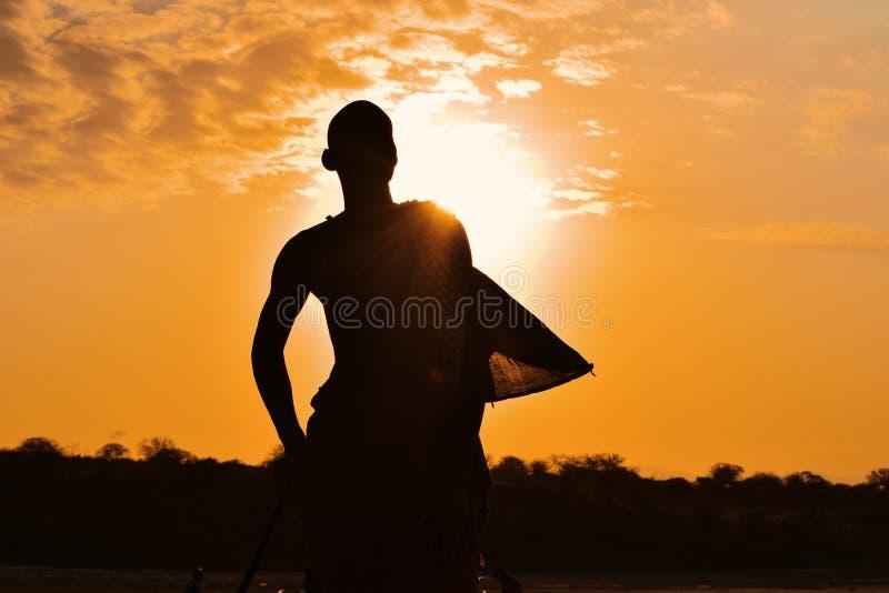 Uma silhueta de um guerreiro do Masai no lago Magadi, Rift Valley, Kenya imagens de stock royalty free