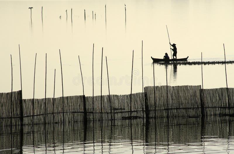 Uma silhueta do pescador perto da ponte de U Bein. foto de stock