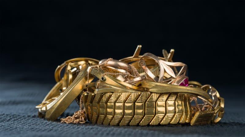 Uma sucata do ouro Joia velha e quebrada imagens de stock royalty free