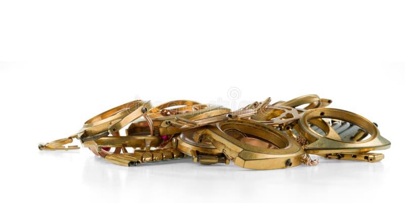 Uma sucata do ouro Joia velha e quebrada, relógios do ouro e folheado a ouro fotos de stock