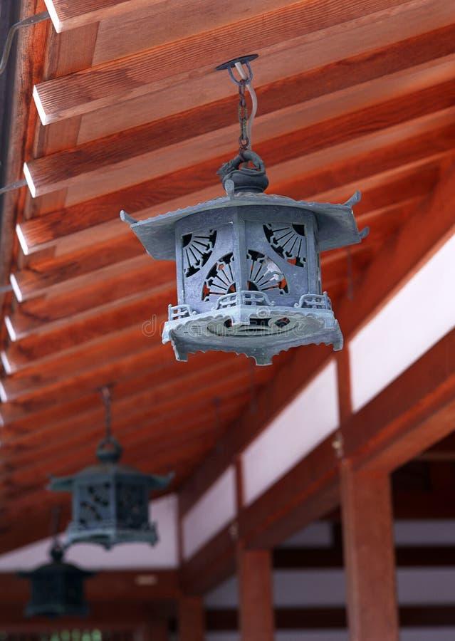 Uma suspensão decorativa japonesa preta velha do fundo do telhado fotos de stock royalty free