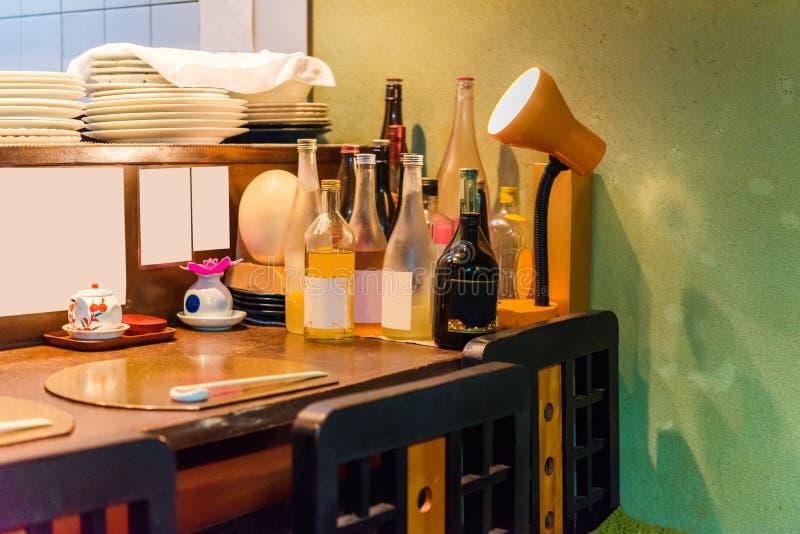 Uma tabela com garrafas em um café em Kyoto, Japão Close-up fotos de stock royalty free