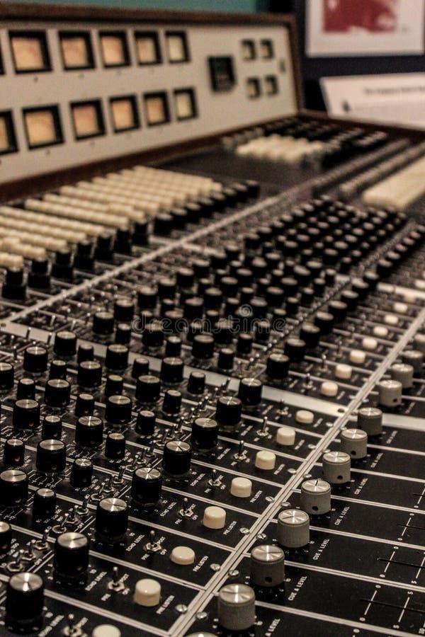 Uma tabela de mistura em um museu da música imagem de stock
