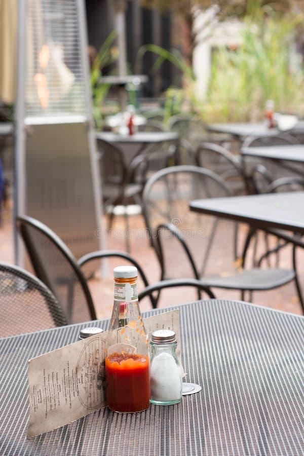 Uma tabela exterior do restaurante do metal imagens de stock royalty free