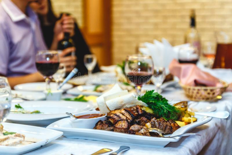uma tabela festiva com alimento e vidros em um restaurante ou em um banquete foto de stock