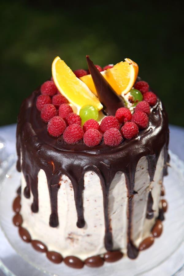 Uma tabela festiva decorada com o bolo de aniversário com flores e doces fotografia de stock