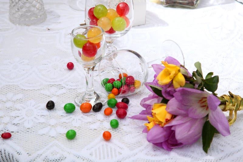 Uma tabela festiva decorada com o bolo de aniversário com flores e doces imagem de stock royalty free