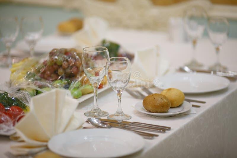 Uma tabela festiva no restaurante imagens de stock royalty free