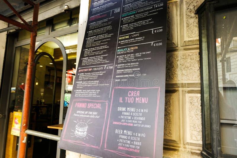 Uma tabela italiana do menu do ` s do restaurante Quadro-negro escrito à mão Imagem estética Italy roma Em julho de 2015 imagens de stock royalty free