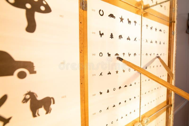 Uma tabela para o exame de olho com um quadro amarelo imagens de stock royalty free