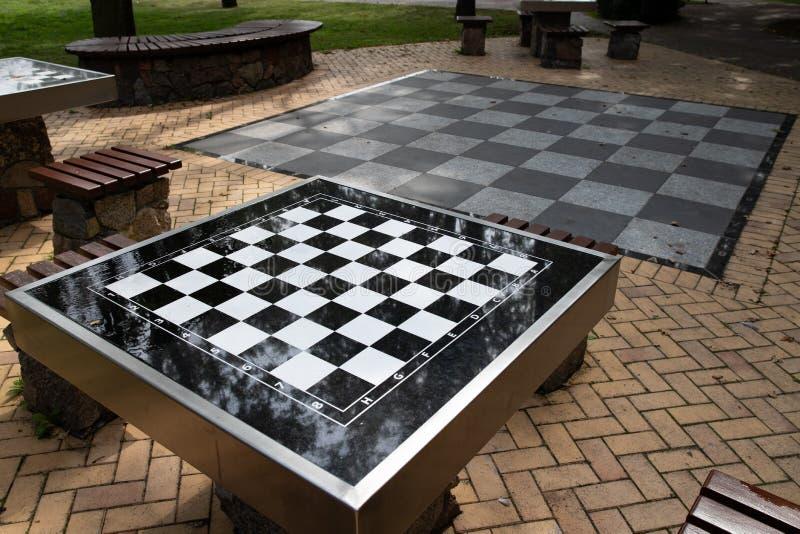 Uma tabela pequena da xadrez no parque Tabela de jogo de mesa vazia imagens de stock