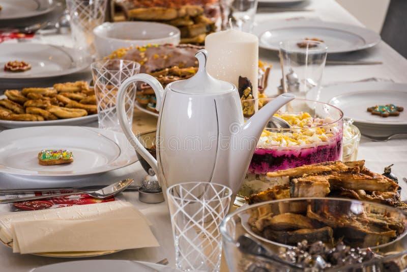 Uma tabela romântica e luxuosa ajustou-se com muitos alimento e d saudáveis imagem de stock