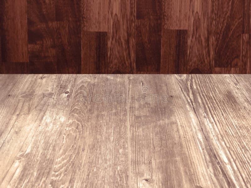 Uma tabela vazia de madeira feita da madeira clara na frente de um CCB de madeira imagem de stock