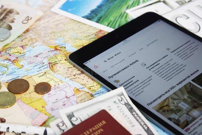 Uma tabuleta com Web site do airbnb imagem de stock royalty free