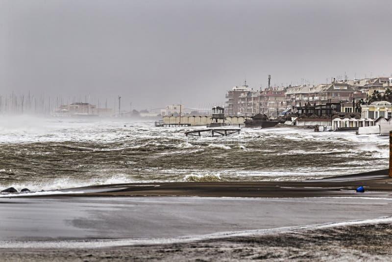 Uma tempestade grande bateu as costas romanas, as ondas grandes e o regaço do forte vento as costas fotografia de stock