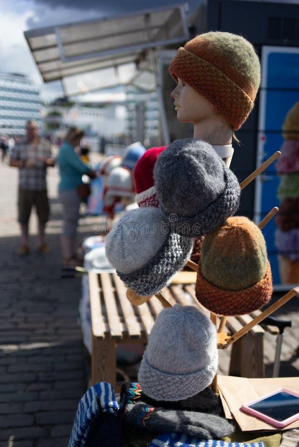 Uma tenda com os tampões feitos à mão de lãs em Helsínquia no verão fotos de stock