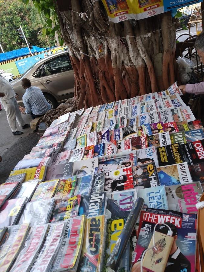 Uma tenda de livro em um pavimento da cidade imagens de stock royalty free