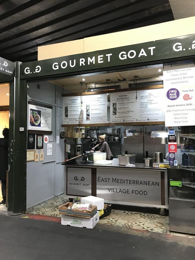 Uma tenda do alimento que vende produtos da cabra no mercado da cidade, Londres imagem de stock royalty free