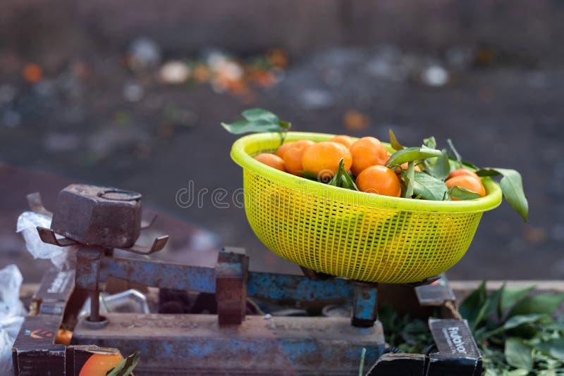 Uma tenda típica do mercado que vende laranjas aos turistas em C4marraquexe fotos de stock royalty free