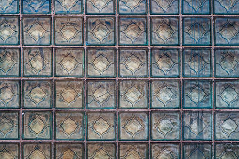 Uma textura horizontal bonita da peça de uma parede de tijolo quadrada transparente de vidro branca na matiz azul imagem de stock