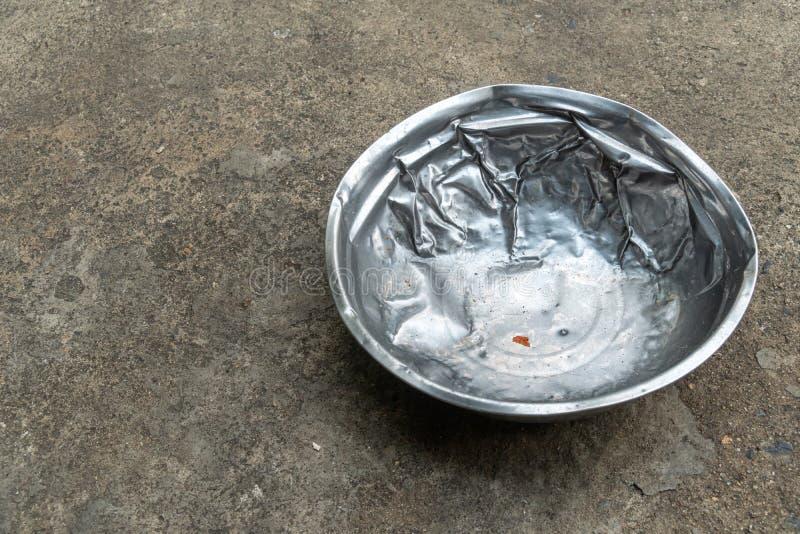 Uma tigela de comida de cão de aço inoxidável usada foto de stock