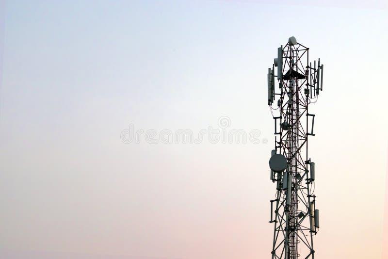 Uma torre das telecomunicações imagens de stock royalty free