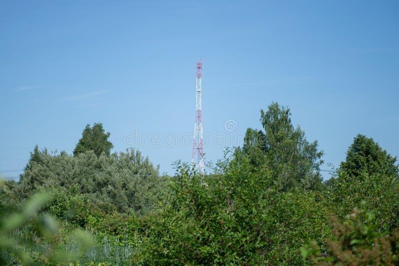 Uma torre de comunicações na terra no campo rural foto de stock royalty free