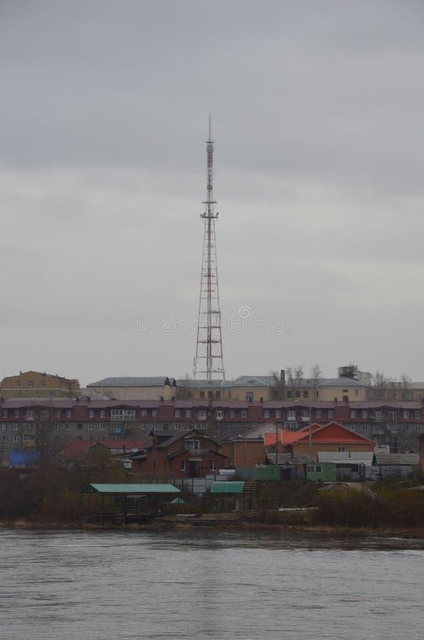 Uma torre do transmissor de televisão fotografia de stock royalty free