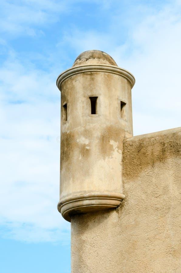 Uma torre militar clara como um lembrete colonial do tempo fotografia de stock royalty free