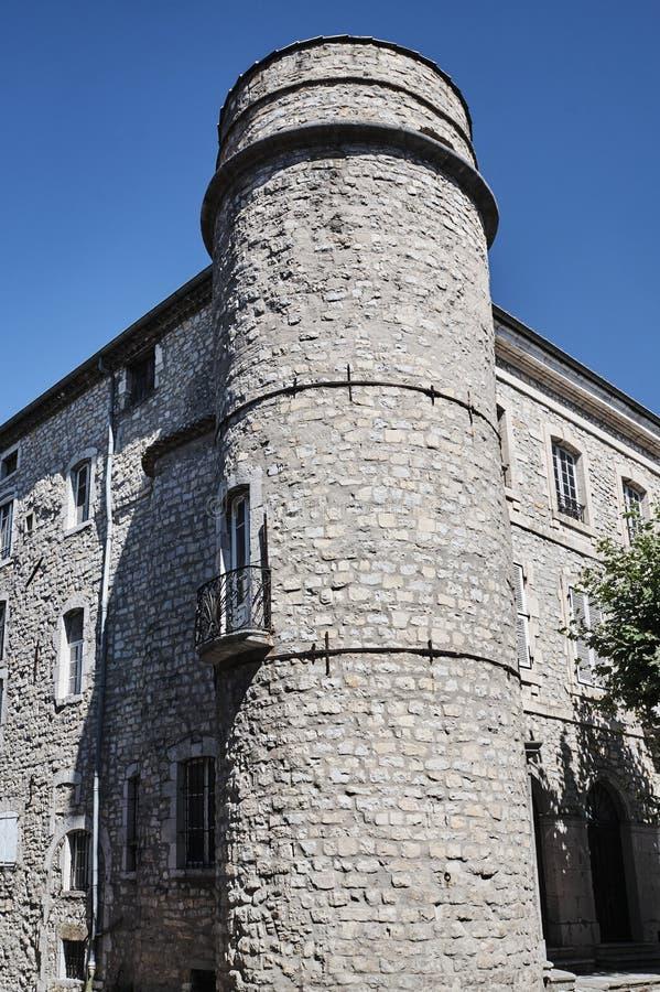 Uma torreta de pedra e umas construções medievais foto de stock