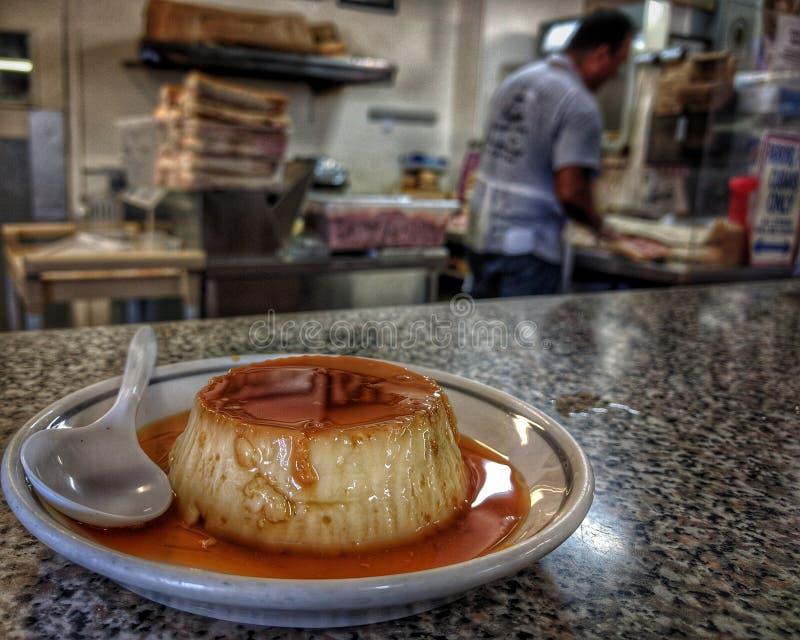 Uma torta de fruta cubana do estilo senta-se, pronto para ser consumido em tampa florida imagem de stock royalty free