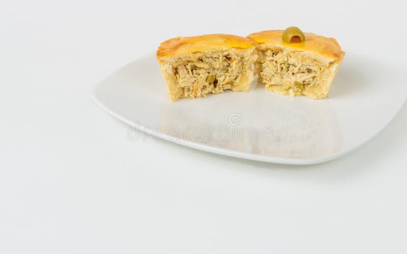 Uma torta pequena da galinha cortada ao meio com sala para a c?pia Empadinha imagens de stock