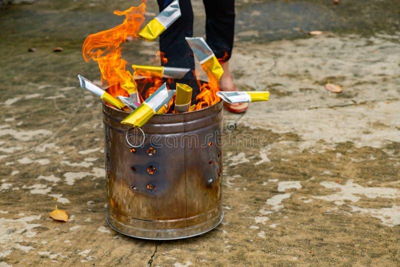 Uma tradição chinesa para antepassados rezando, papel de queimadura de Joss fotografia de stock royalty free