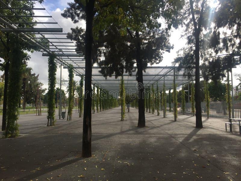 Uma treliça do metal construída purposefully em um parque imagens de stock