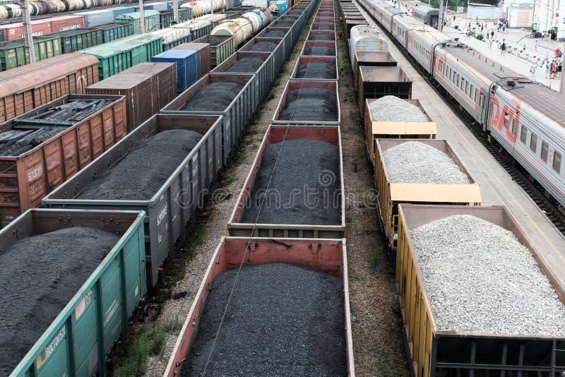 Uma trilha railway com os carros de frete que estão nele com carvão, imagens de stock